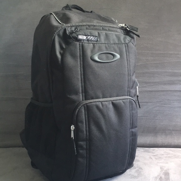 607c84609199a Oakley Enduro 25L 2.0 Backpack preowned. M 5ab5552fd39ca2b168669fe7